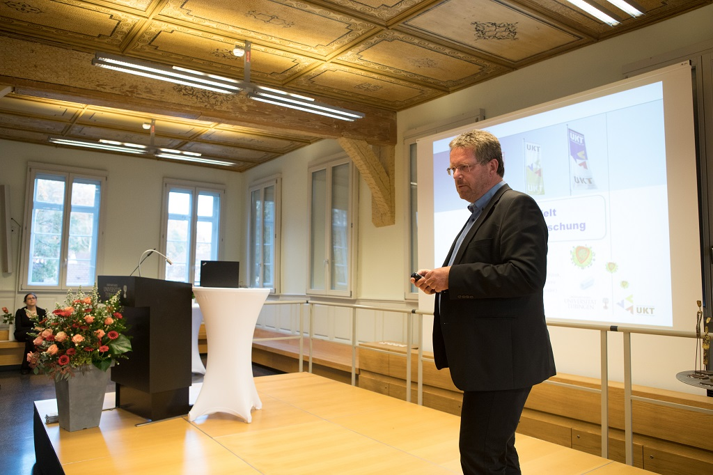 """Vorstellung des Forschungsprjektes  durch Preisträger Prof. Dr. med. Ulrich M. Lauer Leiter der Forschergruppe """"Virotherapie"""""""